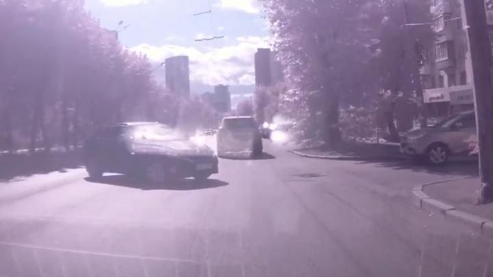 В Екатеринбурге две иномарки не поделили дорогу. Мы узнали у автоэксперта, кто виноват в ДТП