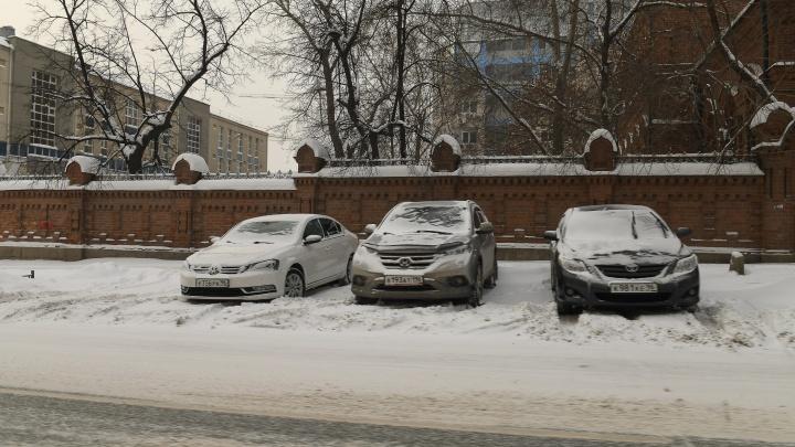 Ночью ГИБДД будет эвакуировать машины с улиц Екатеринбурга: адреса, где не надо ставить автомобиль
