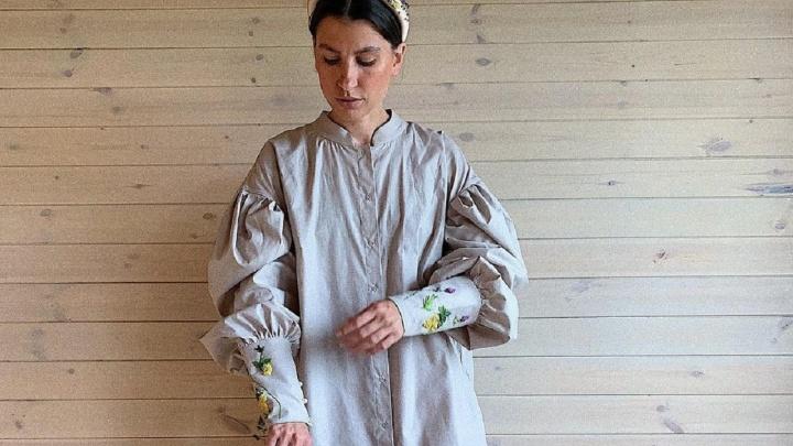 Бизнес в декрете: как жена Кузьмича из знаменитого дуэта основала бренд одежды и начала продавать в США платья с вышивкой