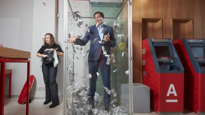 Стол-кракен и фитостена с секретом: вКрасноярске открылся первый phygital-офис известного банка