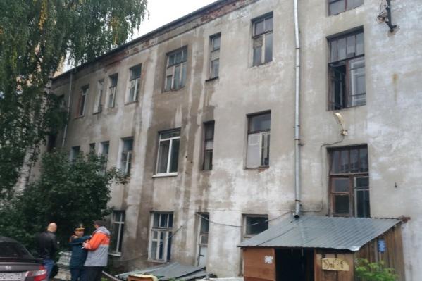 Дом уже признали аварийным: внутренние коммуникации изношены до предела, прочность постройки вызывает опасения