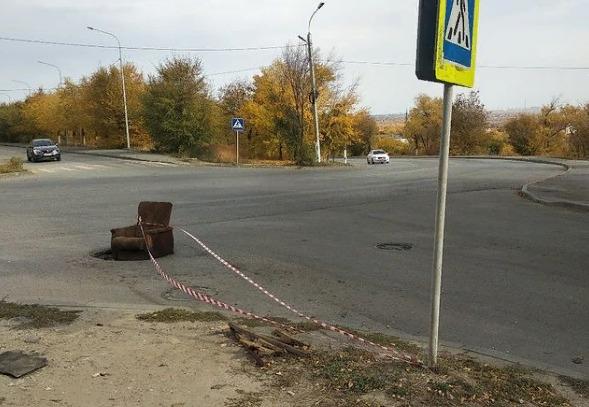 Люди устали и начали бороться сами: в Волгограде горожане заткнули яму на дороге огромным креслом