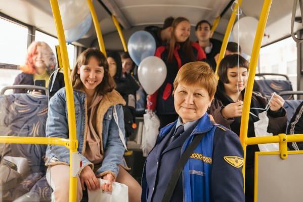 Ребятам показали образцовый автобус предприятия