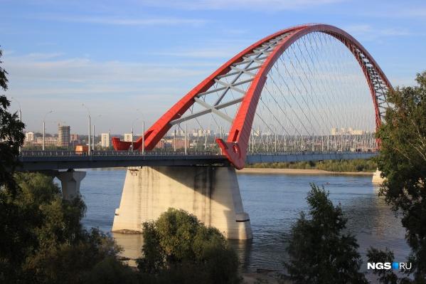 Бугринский мост — один из самых красивых в стране. Его проезжая часть состоит из 6 полос