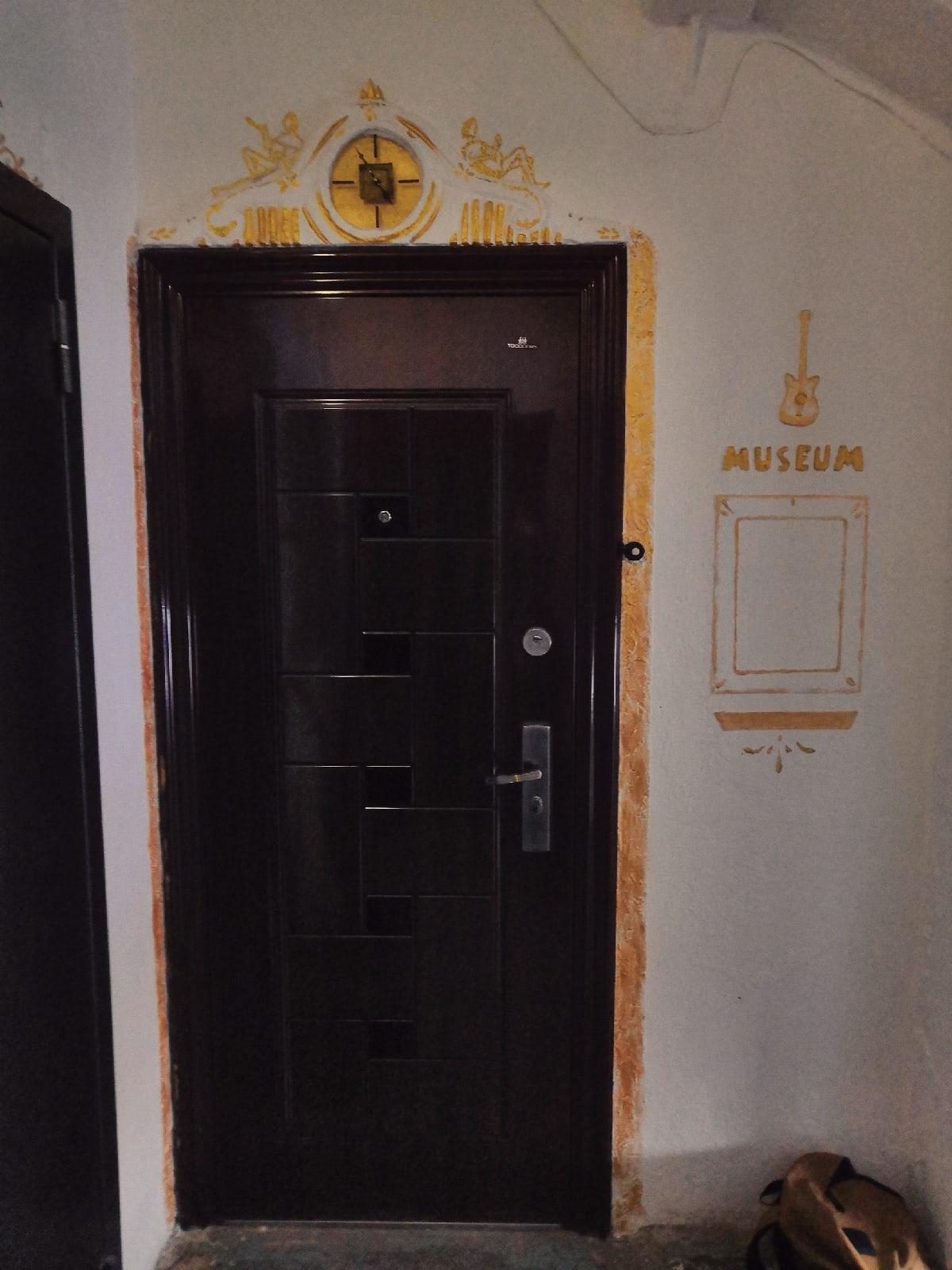 А так украсили одну из дверей