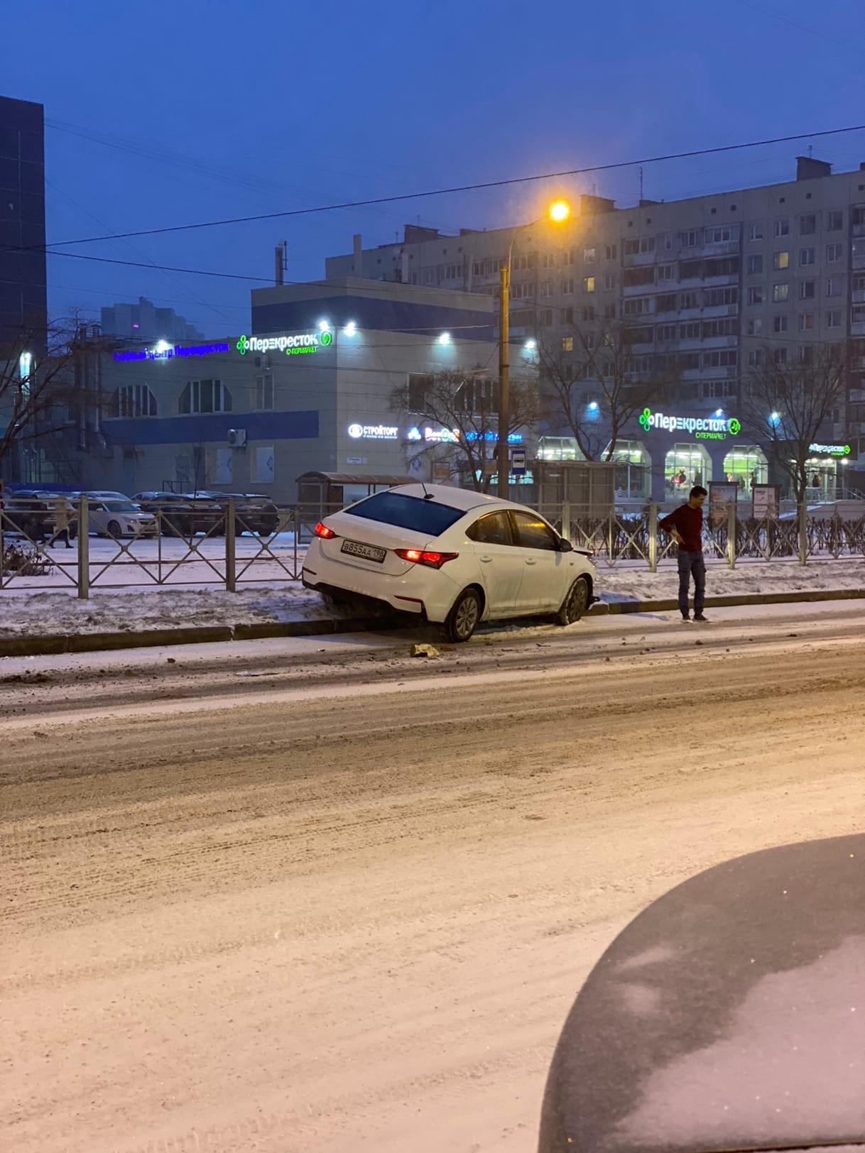ДТП на Уточкина. После столкновения с другой машиной автомобиль, по свидетельствам очевидцев, отбросило на отбойник.