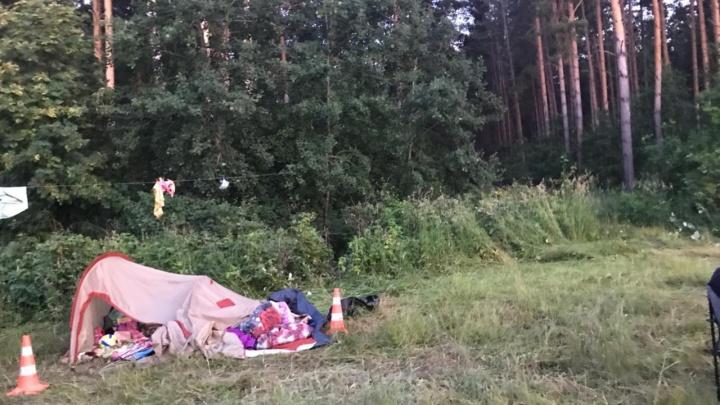 Сибирячка насмерть задавила женщину на берегу Обского моря и въехала в палатку с детьми