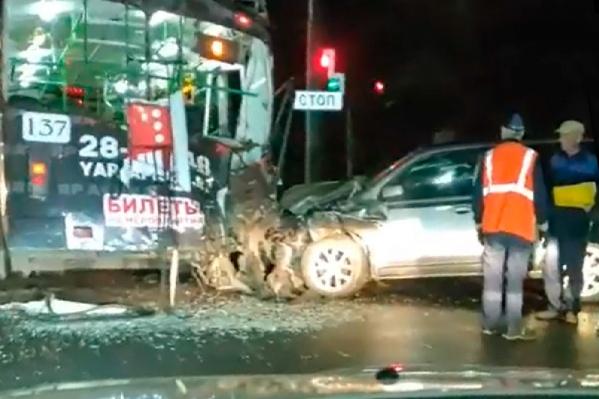 Автомобиль застрял в раскуроченной двери троллейбуса