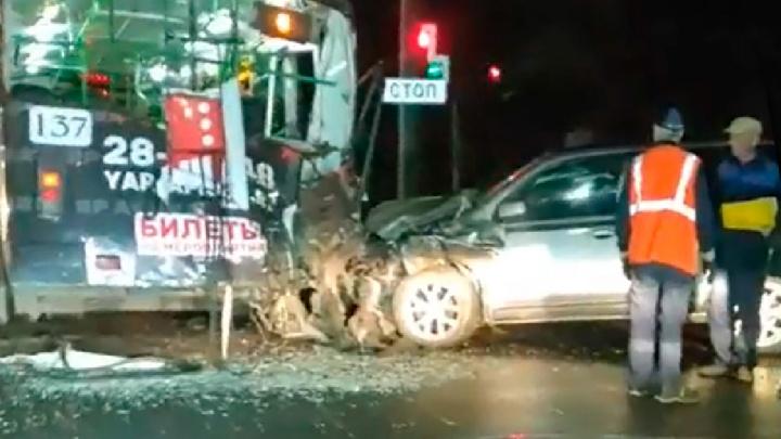 Водитель был пьян: в Ярославле «Ниссан» влетел в троллейбус