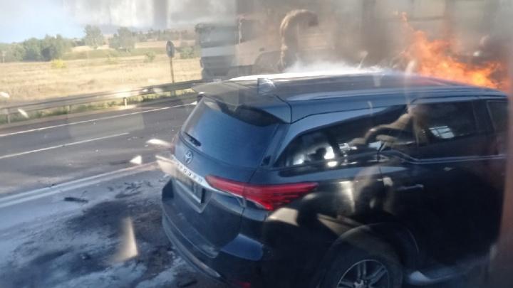 Горят машины: серьезное ДТП произошло в Ярославской области. Первая информация