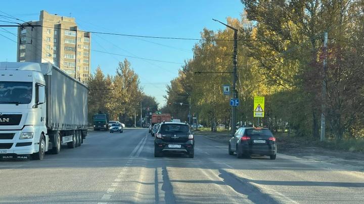 «Легковушки будет кидать по дороге»: дорожные активисты показали в Ярославле опасную улицу