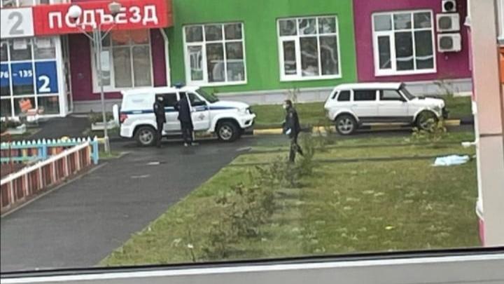 С многоэтажки в Ново-Патрушево упала 53-летняя женщина