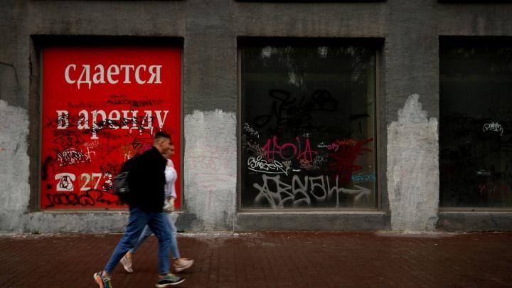 Безлюдный Красный проспект: почему магазины и банки бегут с главной улицы, а их окна покрывают граффити