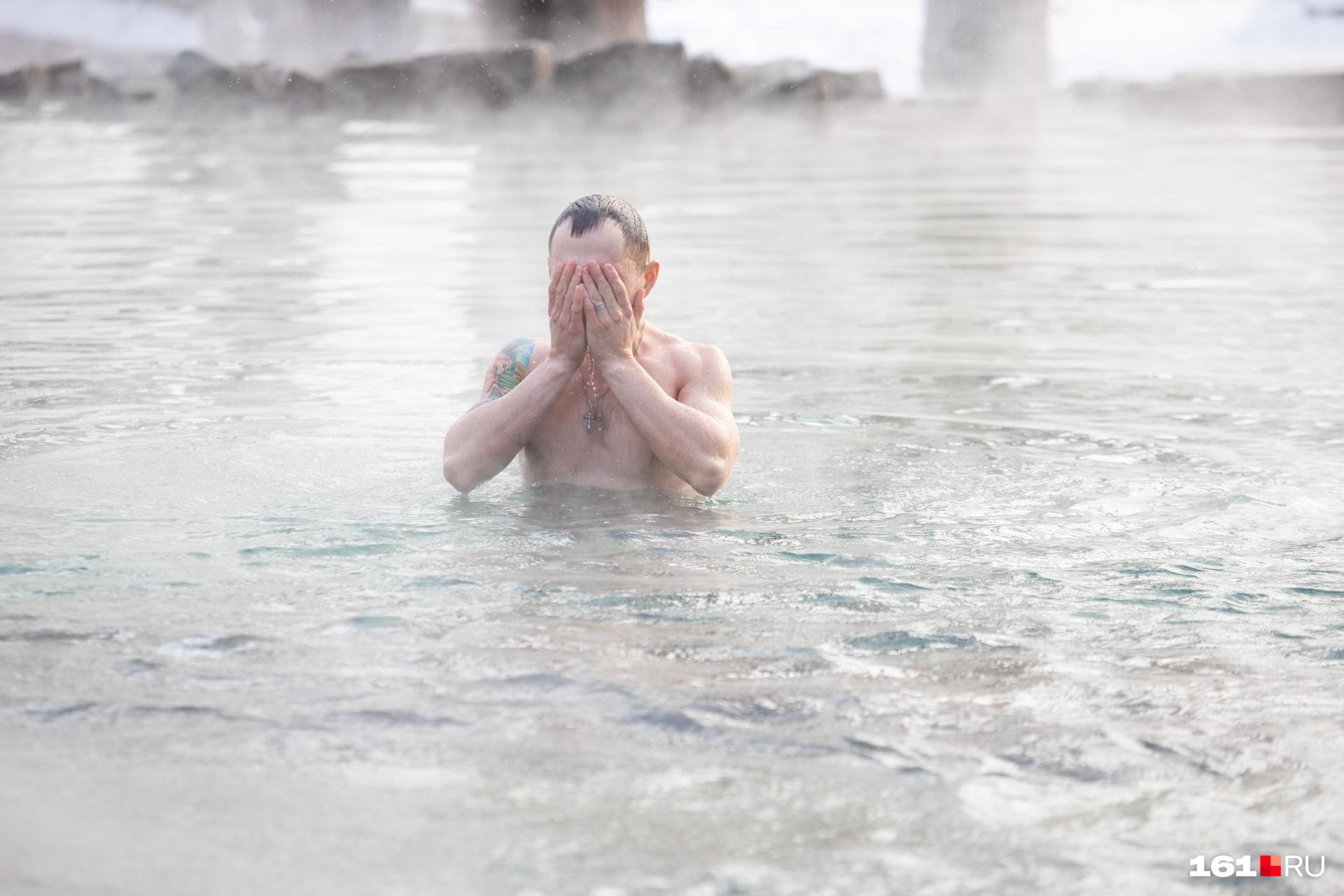 Утром 19 января у Гремучего родника собрались верующие