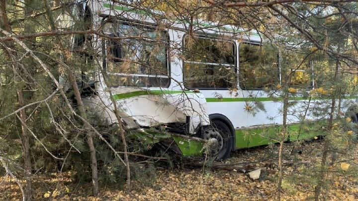 Половина машины всмятку: в Самарской области легковушка врезалась в автобус