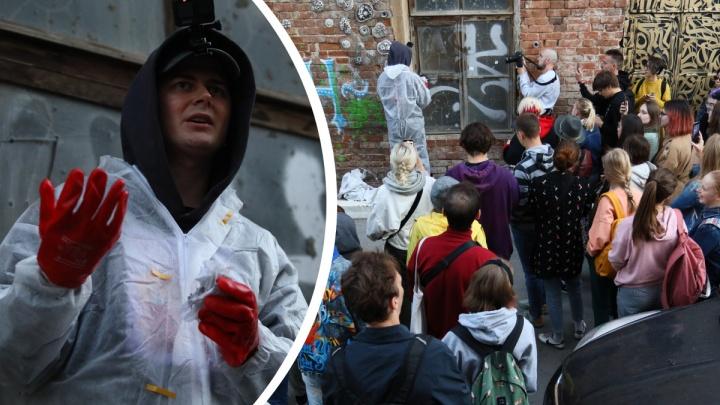 Покрас Лампас отмыл окно старинного особняка в Екатеринбурге. Фоторепортаж с необычного перформанса