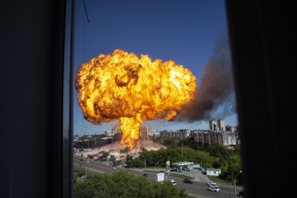 На фото — самый первый взрыв из тех, что прогремели сегодня в Новосибирске