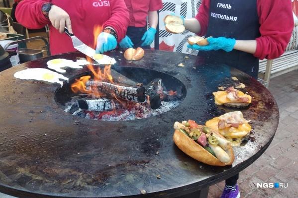 В основном еду готовят при посетителях