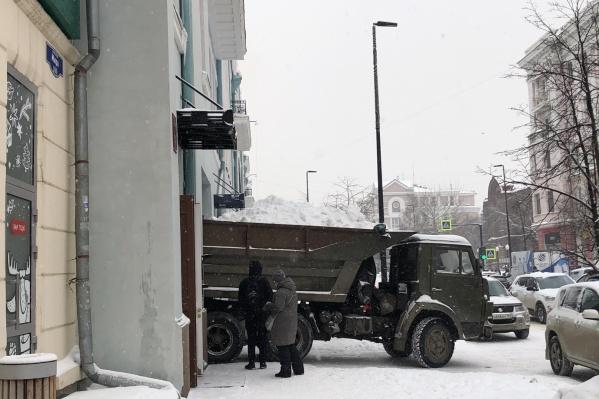 Красноярск тонет в снегу уже месяц