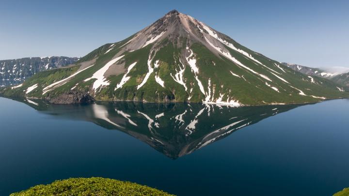 Фотограф из Новосибирска снял огромный двухъярусный вулкан на Курилах — 10 завораживающих кадров