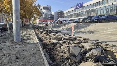 На Вокзальной магистрали возле ЦУМа разломали тротуар — фото с места