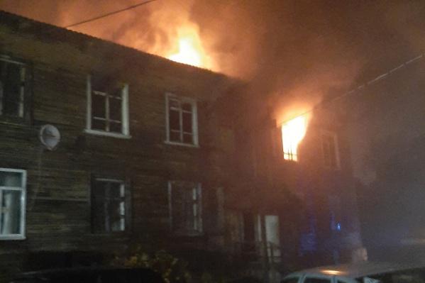 Сообщение о пожаре в доме на улице КЛДК поступило около 22:30
