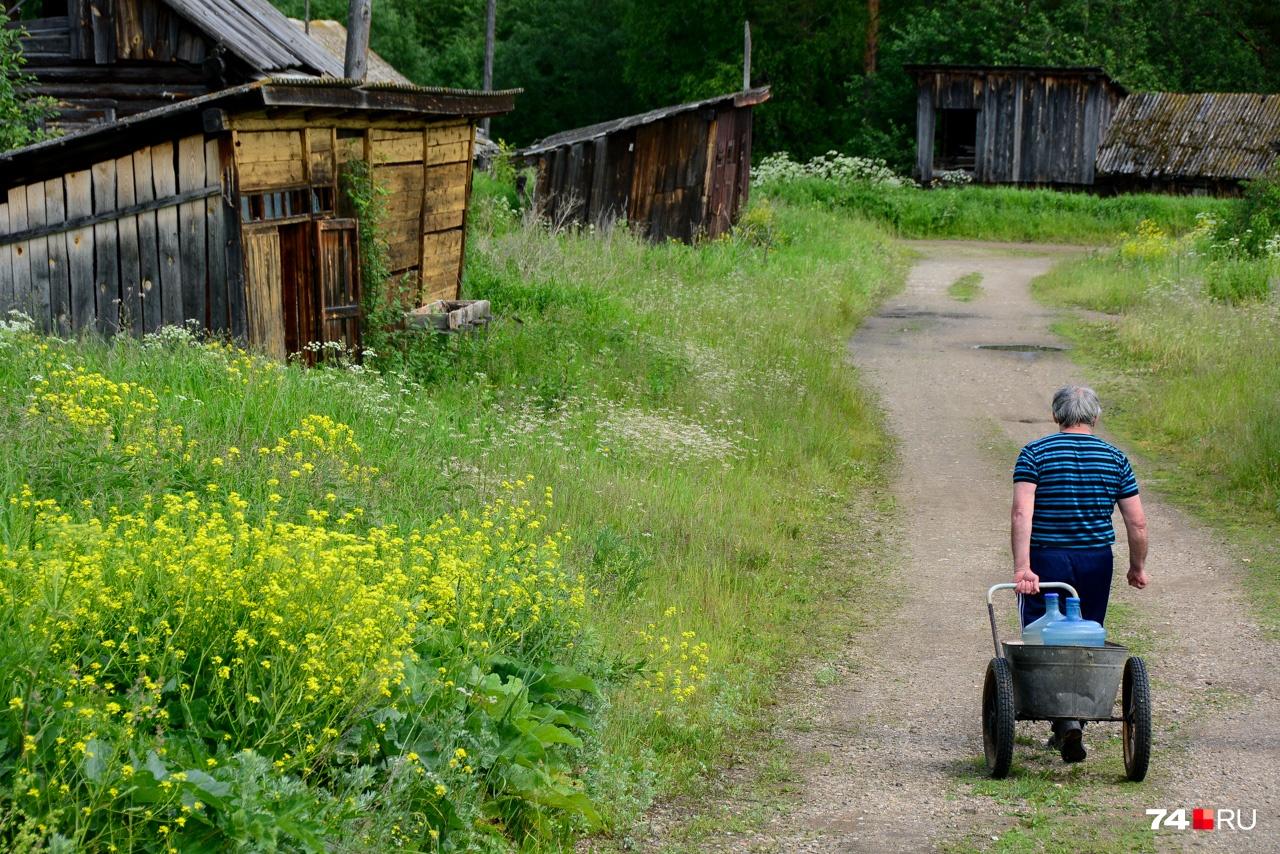 Последний житель умирающего поселка Серный Ключ идёт за водой