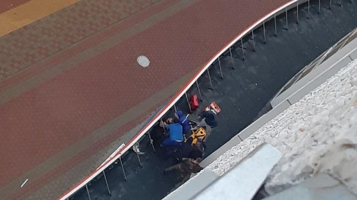 Нашли на козырьке: в Ново-Патрушево мужчина выпал с 7-го этажа и выжил