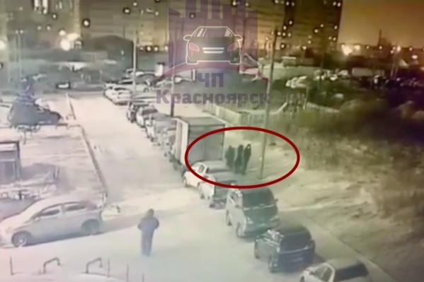 Женщина хотела пройти между мужчинами, но они напали на нее и начали избивать
