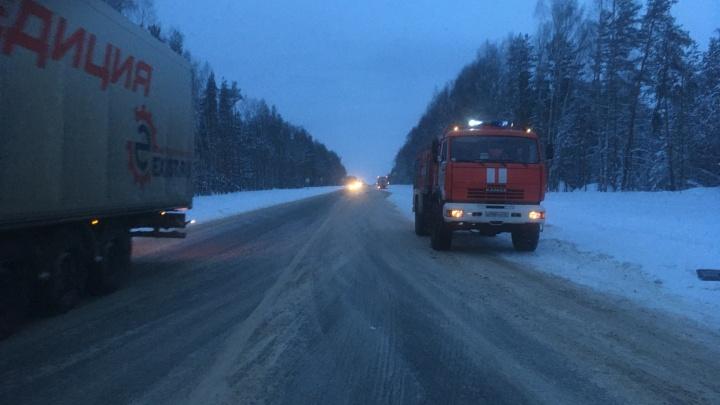 В Ярославской области мужчина врезался в грузовик, выбежал из машины и умер под колесами другой фуры