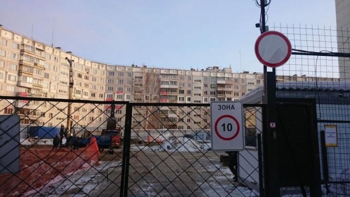 Жители центра пожаловались, что их дома вибрируют — у них под окнами идет стройка