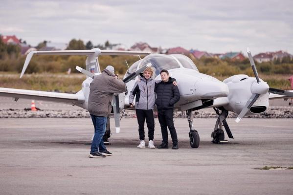 У «взлетки» развернулась масштабная фотосессия с уральскими самолетами для всех желающих — а их было немало: более 300 гостей посетили праздник