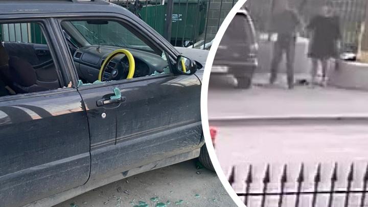 «Пришла его жена и за руку увела»: на Уралмаше пьяный мужчина разбил припаркованную иномарку