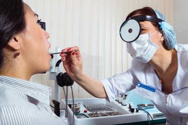 В клинике рассказали, с чем на самом деле может быть связан постоянный кашель и ощущение кома в горле