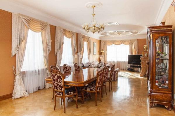 Коттедж общей площадью 566 квадратных метров находится в поселке Боровском рядом с Андреевским озером
