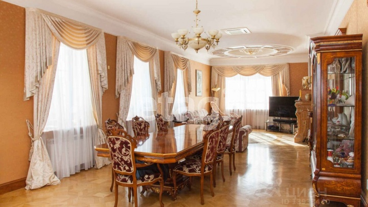 Дом с тайной комнатой и кинотеатром: осматриваем тюменский коттедж за 56 миллионов