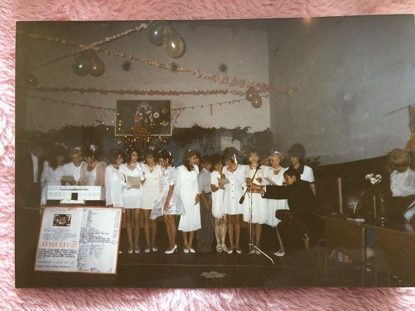 На фото Елена 6-я слева с листом бумаги в руках