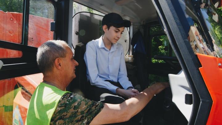 Вместо урока — за руль погрузчика: челябинским школьникам показали, как работает дорожная техника