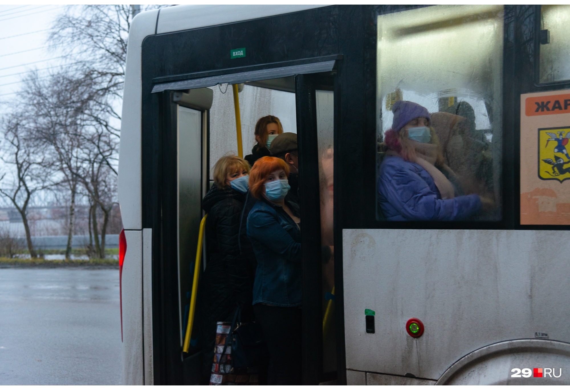 На некоторых маршрутах явно не мешало бы выпустить на линию больше автобусов и поменять интервал движения