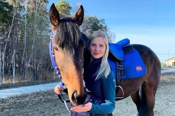 Полина вместе с лошадью приезжала в Челябинскую область из Екатеринбурга на соревнования