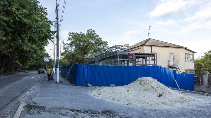 Снесенный на Аллее Героев павильон вновь строят на Новороссийском рынке Волгограда