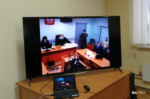 Журналистов в зал не пустили, за процессом мы наблюдали в отдельном зале по видеосвязи