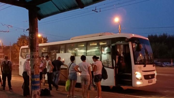 Перевозчик ответил на жалобу челябинки, утверждавшей, что ей с ребенком на трассе пришлось догонять автобус