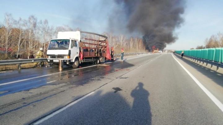 Стоять больше часа: на Тюменском тракте до сих пор пробки из-за вчерашнего пожара