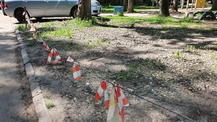 «Люди запинаются и падают»: ярославцы устроили во дворах опасные самодельные парковки. Фото