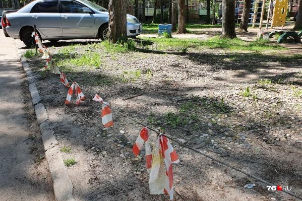 Проволоки и цепи, которыми огорожены места для машин, можно увидеть во многих дворах Ярославля
