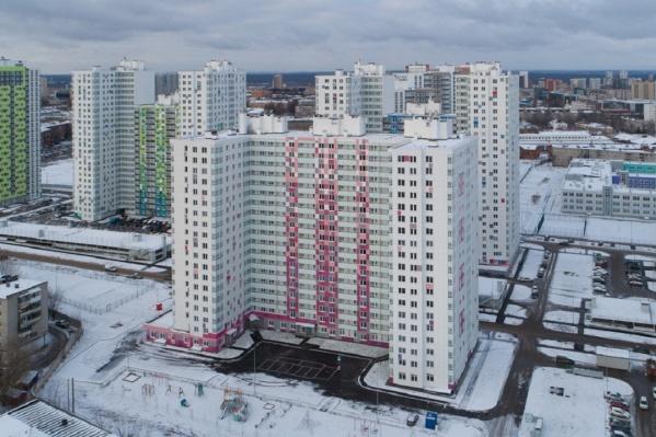 Помещение, предназначенное для детского сада, находится на Турчевича, 6 — это бело-розовый дом в центре кадра