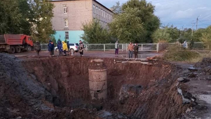 Разрыли огромный котлован: райцентр под Волгоградом засыхает без воды