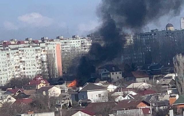 Дым видно за несколько километров: в Волгограде загорелся частный дом