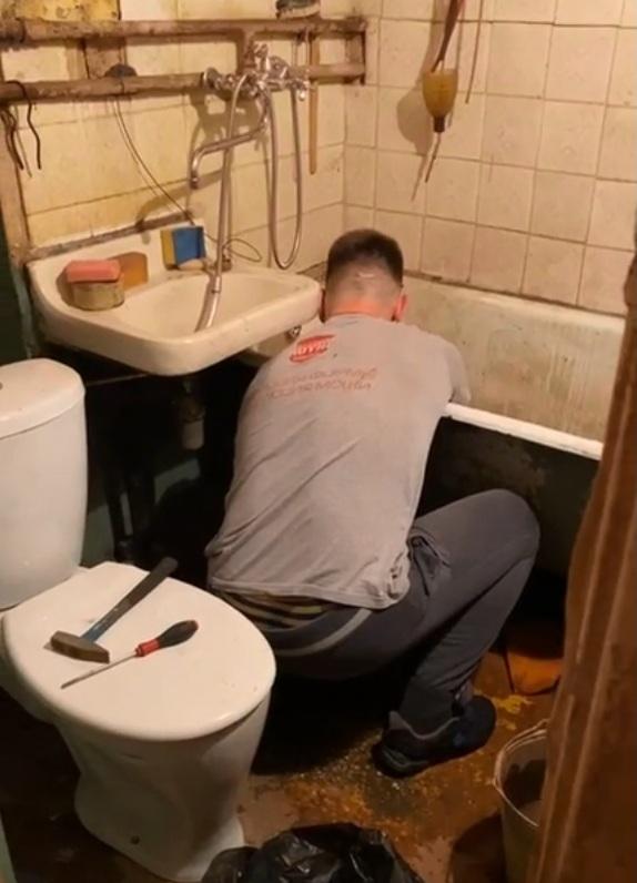 Волонтеры нашли сантехника, который привел в порядок коммуникации в квартире
